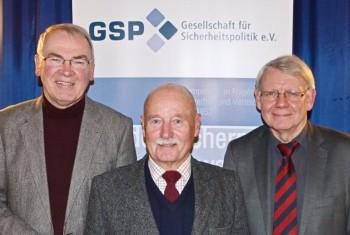 Reinhold Hocke, Hans-Joachim Feih und Prof Dr. rer. nat. Götz Neuneck (v.l.). Foto: nh