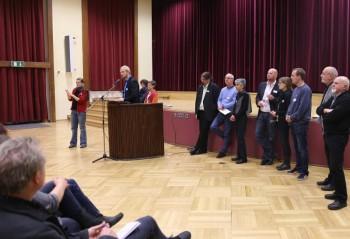 Björn Keding, Geschäftsführer der Diakonischen Gemeinschaft Hephata (am Pult) moderierte die Veranstaltung. Foto: nh