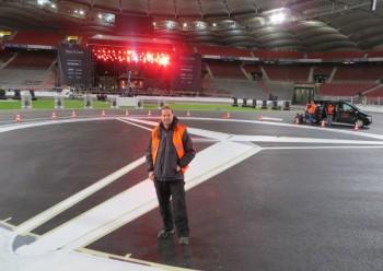 Geschafft: Robin Tintera nach der Auftragsausführung im Stuttgarter Stadion. Foto: nh