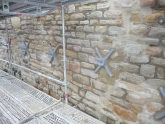 Hier wurden die Erdnägel eingesetzt und mit Ankerkreuzen verstärkt. Foto: nh
