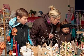 Anja Geisel mit ihren Söhnen Dominik (links) und Henrik an einem der Marktstände. Foto: nh