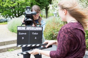 """Schülerinnen drehen für """"Meine Ausbildung"""". Foto: hr/Ben Knabe"""