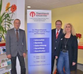 Norwin Baha, Landrat Winfried Becker und Sonja Weidel (v.l.). Foto: nh
