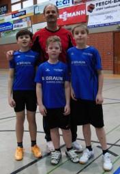 Trainer Ulf Ludwig mit seinen drei Kreismeister im Hochsprung  -  Alexander Ludwig, David Sonnak und Niclas Dittmar. Foto: nh