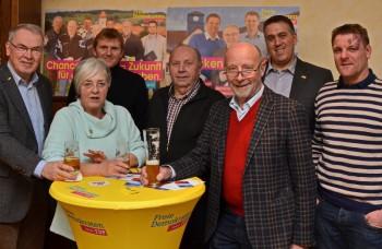 Gruppenfoto beim internen Absacker: Reinhold Hocke (Vorsitzender FDP-Ortsverband Malsfeld),  Marion Viereck (Vorsitzende FDP-Stadtverband Melsungen) Benjamin Giesen, Friedel Wenderoth (beide FDP Malsfeld), Dieter Posch (Staatsminister a.D.), Nils Weigand (Vorsitzender FDP-Keisverband Schwalm-Eder) und Ralf-Urs Giesen (FDP-Gemeindevertreter Malsfeld) (v.l.). Foto: nh