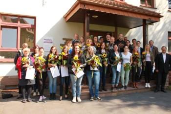 26 Frauen und Männer absolvierten an der Hephata-Akademie für soziale Berufe die Ausbildung der Heilerziehungspflege. Foto: nh