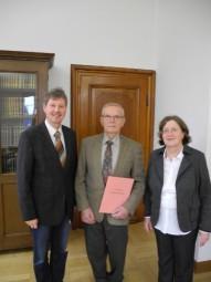 Bürgermeister Klemens Olbrich, Ortsgerichtsvorsteher Heinrich Scheuer sowie die Direktorin des Amtsgerichtes Schwalmstadt, Dr. Gudrun Labenski (v.l.). Foto: nh