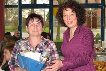 Übergabe des Geschenkkorbs durch die Wäschereileitung Eva Ferreau (rechts). Foto: nh