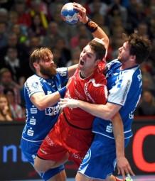 Felix Danner setzt sich gegen Andrej Kogut und Jonathan Stenbäcken durch. Foto: Hartung