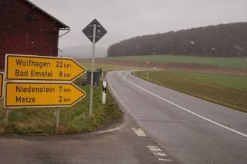 Die L3220 zwischen Gudensberg und Metze sei für Radfahrer gefährlich, sagen die Niedensteiner Grünen und fordern einen Radweg. Foto: Jörg Warlich