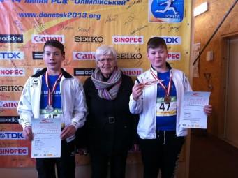 Hella Böker mit ihren beiden erfolgreichen Schützlingen. Foto: nh