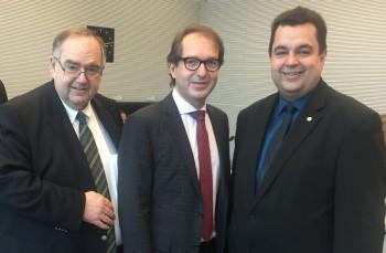 Bernd Siebert, Bundesverkehrsminister Alexander Dobrindt und Thomas Viesehon (v.l.). Foto: nh