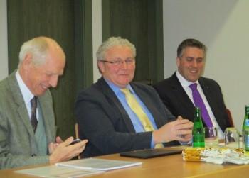 Prof. Dr. h.c. Ludwig Georg Braun bei der FDP Morschen im Bürgersaal. Daneben FDP-Spitzenkandidat Erwin Döhne und der FDP-Kreisvorsitzende Nils Weigand. Foto: Ute Müller-Hilgenberg