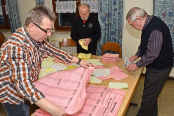 Auswertung der Stimmzettel in Mosheim. Foto: Reinhold Hocke