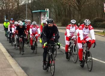 Die MT-Radsportler (in Rot-Weiß) unterwegs im Altkreis Melsungen  mit den Gästen aus ganz Nordhessen, hier in der Nähe von Morschen. An der Spitze, ganz rechts, MT-Spartenleiter Detlef Riehl. Foto: nh