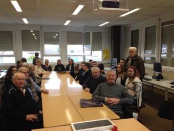 Die Senioren und Schüler zu Beginn des neuen Kurses zusammen mit dem Vorsitzenden des Seniorenbeirats Heinz Engelhardt (rechts). Foto: Uwe Dittmer