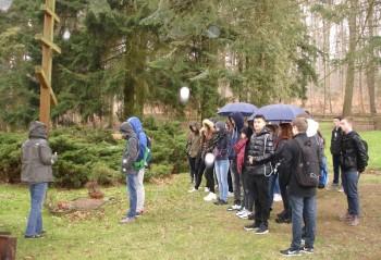 Schüler derneunten Jahrgangsstufe des Schwalmgymnasiums an der Gedenkstätte Trutzhain. Foto: nh