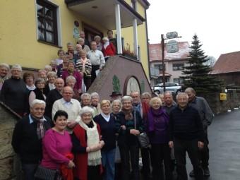 """Die Homberger Seniorinnen und Senioren vor dem Gasthaus """"Zum Biber"""" in Speicherz. Foto: Uwe Dittmer"""