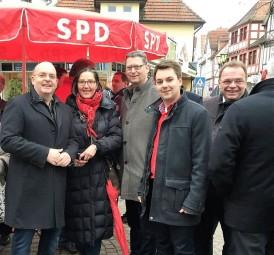 Dr. Edgar Franke (MdB), Regine Müller (MdL), Thorsten Schäfer-Gümbel, Patrick Gebauer (Ortsvereinsvorsitzender) und Landrat Winfried Becker (v.l.). Foto: nh