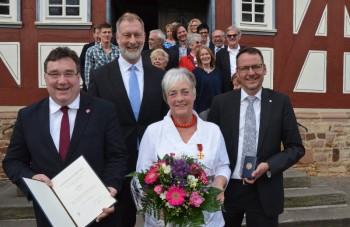Vorn von links: Europastaatssekretär Mark Weinmeister, Lars Viereck, die Geehrte Marion Viereck und Bürgermeister Marcus Boucsein. Foto: Reinhold Hocke