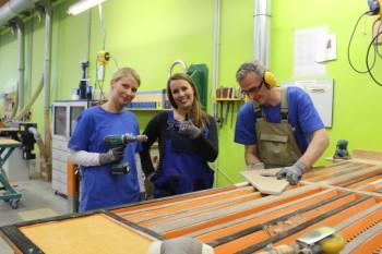 Hier wird der Arbeitsalltag im modernen Produktionsbetrieb genau unter die Lupe genommen: (v.l.) Ehring-Mitarbeiterin Kristina Werner, Moderatorin Rebecca Rühl und Ehring-Mitarbeiter Uwe Hübler. Foto: nh