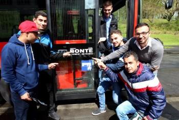 Mit dem Bonte-Bus zur beruflichen Orientierung – in der Tür Michael Bonte. Foto: Rainer Sander