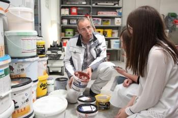 """Hephata-Mitarbeiter Klaus Schmidt bespricht mit zwei Absolventinnen des """"Girls' Day"""" 2015 die Auswahl der Farben für eine Wandbemalung. Foto: nh"""