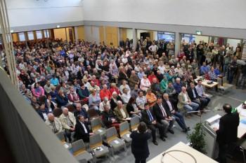 Die Mehrzweckhalle in Obergeis war mit über 500 interessierten Bürgern aus dem gesamten Kreisbereich bis auf den letzten Platz gefüllt. Foto: nh