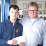 Präsident Ehrt (re.) bedankt sich bei Jugendwart Matthias Schwöbel. Foto: Gert Wenderoth