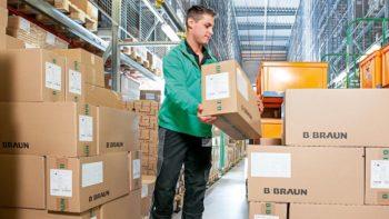 Damit die Intrafix® SafeSets termingerecht beim Kunden ankommen, stellt Kommissionierer David Schäfer die bestellte Ware zusammen. Dann macht sie sich auf den Weg zum Kunden.  Foto: B. Braun Melsungen AG