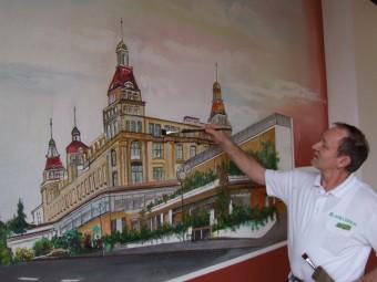 Finaler Pinselstrich: Eine Wand des Vortragssaales im Fürstenhof verschönerte Nikolaus Geier mit dem Gemälde des Prachtbaus. Foto: Klein