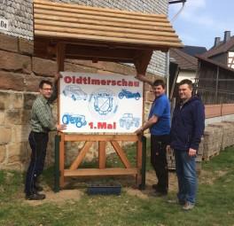 Mitglieder der Oldtimer IG Hessen e.V. beim aufhängen der Ortseingangsschilder. Foto: nh