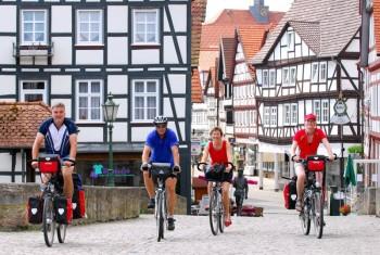 Radfahrer in Melsungen auf dem Fulda-Radweg. Foto: Stadt Melsungen