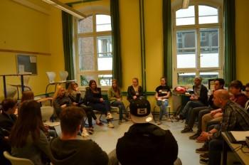 """Mitglieder der AG """"SoR"""" während der Diskussion mit ihren Mitschülern über """"asoziale Netzwerke"""". Foto: Valentin Hammer, Klasse 9a"""