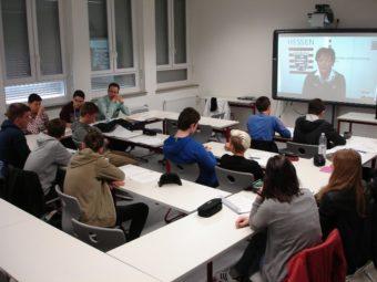 """Politikunterricht mit einer """"echten"""" Ministerin: Liveschaltung vom Schwalmgymnasium zu Lucia Puttrich nach Berlin. Foto: nh"""