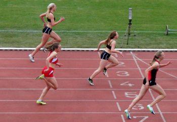100-Meter-Einlauf von Baunatal - Katharina Wagner (13,01) vor Svenja Buß (13,10), Jennifer Maedicke (13,30) und Maria Oswald (13,32). Foto: nh
