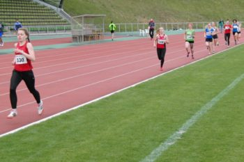 Franziska Ebert (329) lag bereits nach der ersten Runde acht Meter hinter Marie Gautier (330) zurück. Foto: nh