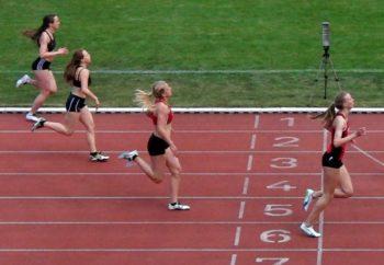 Zieleinlauf über 200 Meter - Katharina Wagner (26,71) vor Carolin Friedrich (27,08), Svenja Buß (27,24) und Laura Bauer (27,35). Foto: nh