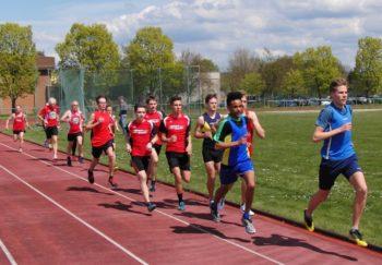 Die 1500m-Läufer nach dem Startschuss. Foto: nh