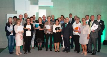 Seit 40 Jahren im Unternehmen: Die 24 Jubilare gemeinsam mit dem B. Braun-Vorstandsvorsitzenden, Prof. Dr. Heinz-Walter Große. Foto: B. Braun Melsungen AG