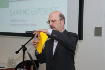 Prof. Dr. Albrecht Beutelspacher in Aktion: Aus einem Blatt Papier entsteht eine dreidimensionale Pyramide. Foto: B. Braun Melsungen AG