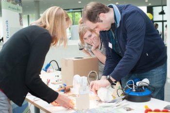 Maik Unterweger und Janine Lauterbach experimentierten am Stand des Wassererlebnishauses Fuldatal, betreut durch Petra Wendland (Foto links). Foto: B. Braun Melsungen AG