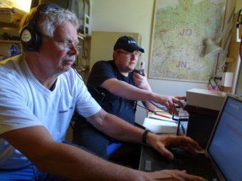 Erster Funkkontakt: (v.l.n.r.) Claus-Dieter Kopp (DK8WG) und Michael Manns (DL2MI). Foto: Markus Neumann