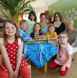 Anna (6), Jeremias (6), Lea Sophie (6), Nele (5), Annette Hestermann, Levi (5), Dorothea Grebe, Lisa (5) und Anne Bertelt (v.l.) sahen sich schon mal einen Teil des Bühnenbildes für das Musical an. Foto: me