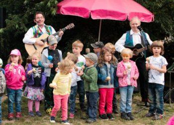 Wolfgang Hering und Harald Wehnhardt begeistern mit Kinder-Mitmachhits. Foto: Kultursommer Nordhessen