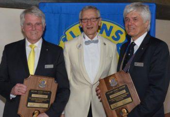 E. Ulrich Bruckmann (links) und Ulrich Neudecker wurden mit der Melvin-Jones-Plakette ausgezeichnet, die District Governor 111MN Michael Stritter (Mitte) überreichte. Foto: Reinhold Hocke