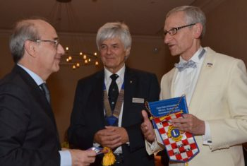 Wimpeltausch unter Lionsfreunden: Mauro Tomasini (LC Adda Milanese), Ulrich Neudecker (LC Melsungen) und District Governor 111MN Michael Stritter (v.l.). Foto: Reinhold Hocke
