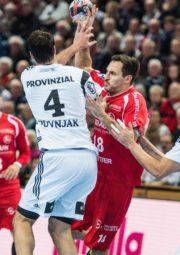 Philipp Müller im Zweikampf mit Domagoj Duvnjak. Foto: Alibek Käsler