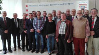 Stephan Schneider (HRH), Claus Spandau (KIKZ), Günter Schmitt (Eigenbetriebsleiter), Dr. Marc Gnädinger (HRH, LW), Patrick Kraulich (HMdF), Marian Knauff (Hauptamtsleiter), Rainer Fritsch (Stadtverordneter), Veronika Backes (ehem. Stadtverordnete, Herbst Backes (Stadtrat), Jürgen Lepper (Stadtrat), Horst Knierim (Stadtverordneter), Reinhard Kniese (Stadtrat), Thorsten Hardt, (Referatsleiter, HMdI), Helmut Reich(Stadtrat), Bürgermeister Klemens Olbrich (verdeckt), Christopher Diehl (Stadtverordneter) und Willi Berg (Stadtverordnetenvorsteher) (v.l.). Foto: nh