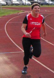 Petra Ebert holte sich nicht nur den Sprinttitel in der M45, sondern verhalf auch der MT der Frauenmannschaft als Startläuferin zum Sieg über 4x100 m. Foto: nh